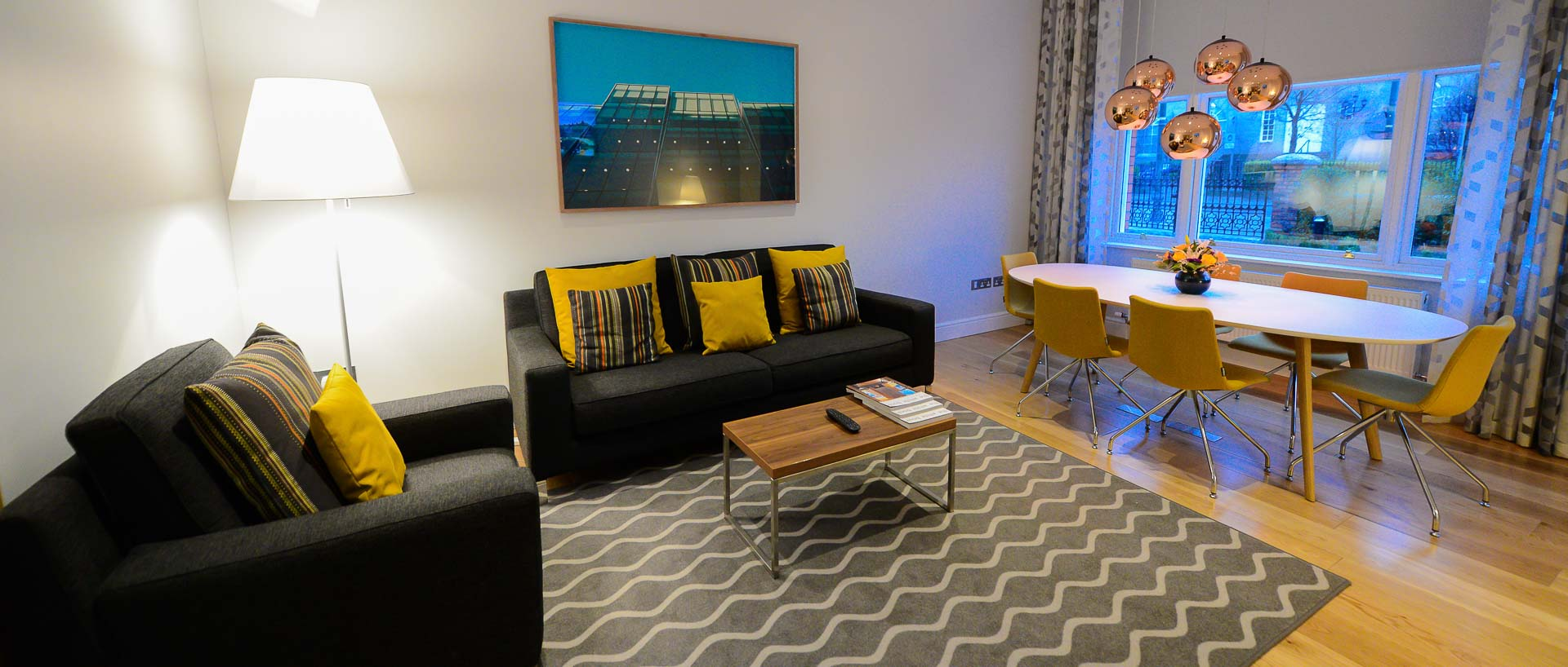 The guest lounge in PREMIER SUITES PLUS Dublin Ballsbridge